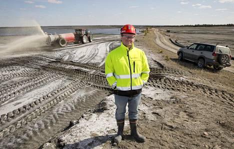 Hituran kaivosta johtanut Jukka Nieminen rikastushiekka-altaalla vuonna 2014.