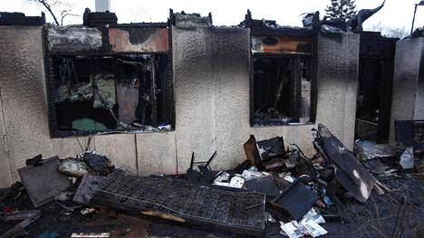 Naapureiden kertoman mukaan talo paloi räjähdysmäisesti. Lisäksi pihassa paloi kaksi henkilöautoa ja asuntoauto.