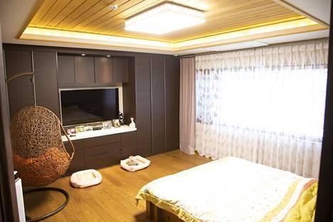Puu on arvostettu ja arvokas materiaali Koreassa. Siksi panelointi kattaa vain osan katosta.