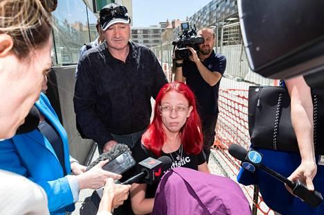 Aaron Pajichin äitipuoli Veronica Desmond sanoi tuomionluvun jälkeen toivovansa, että hänen poikansa murhaajat mätänevät vankilassa. Kuvassa keskellä Pajichin isä Keith Sweetman.