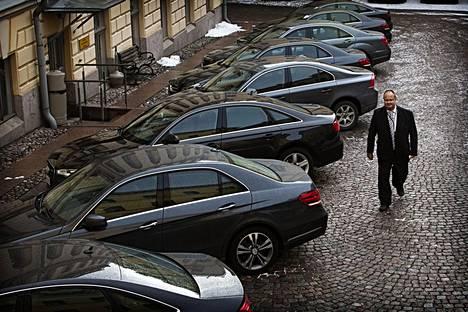 """E-sarjan Mersujen ja A6-mallin Audien """"valtion hinta"""" oli noin 63 000 euroa ilman arvonlisäveroa, jota ei tarvitse valtion autoista maksaa. Nyt osa niistä myydään, kun ministeriautoiksi on ostettu BMW 525 -mallin autoja."""