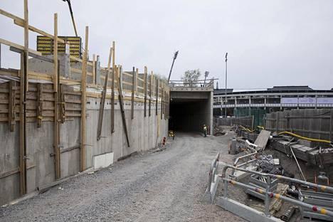 Pohjoispäädyn sisäänkäynnin suunnittelussa on huomioitu se, että maan alle kuljetetaan kalustoa suurilla ajoneuvoilla.