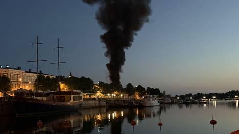 Porin taidemuseon tulipalosta nousi valtava savupatsas.