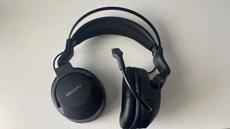 Elo Air ei ole kaikkein näyttävin headset, mutta tuntuu kestävältä. Korvakupeissa on led-valaistu Roccat-teksti ja logo.
