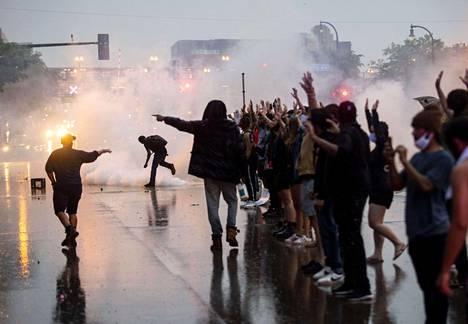 Minneapolisissa järjestetyt mielenosoitukset saivat väkivaltaisen käänteen tiistaina.