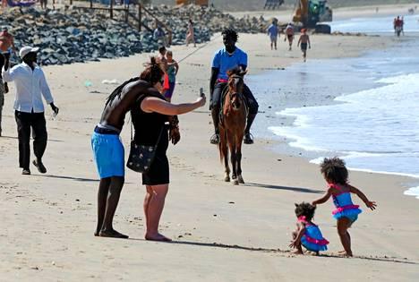 Paikallisten ja ulkomaalaisten välille syntyy usein romansseja, mutta Gambian rannoilla näkee paljon myös perheitä ja vakiintuneita pareja.