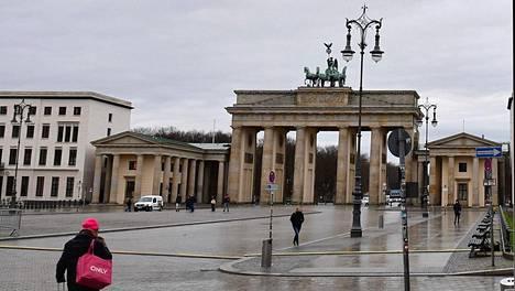Brandenburgin portti Berliinissä näyttää autiolta helmikuussa 2021, kun matkailijat ovat poissa ja berliiniläiset ovat sisällä kodeissaan.