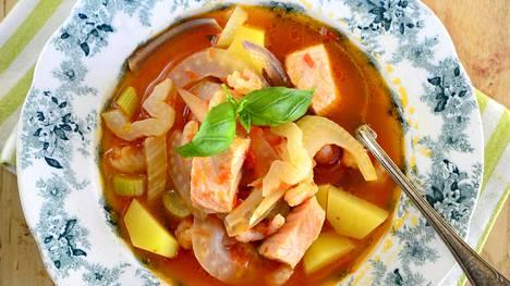 Värikäs kalakeitto valmistuu tomaattipohjaiseen liemeen.