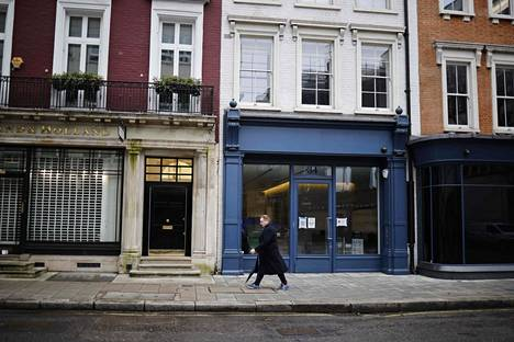 Jalankulkija liikkui kolmannen koronasulun hiljentämässä Lontoossa Mayfairin alueella pari viikkoa sitten.