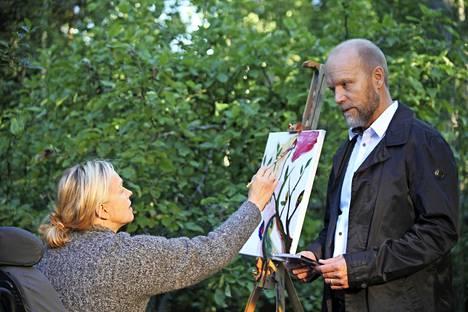 """Anu Sinisalo näkyy parhaillaan televisiossa Mustat lesket -sarjassa Bror """"Buntta"""" Pentikäisen (Kari Heiskanen) Mirjami-vaimon roolissa."""