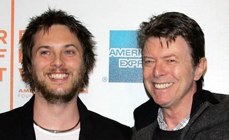 Isä ja poika. Duncan Jones (vas.) ja hänen isänsä David Bowie New Yorkissa 2009.