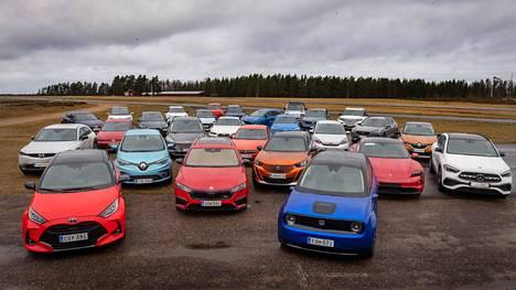 Kuvassa viime vuoden ensimmäisen äänestyskierroksen VAS-ehdokkaat suomalaisten autotoimittajien koeajettavina.