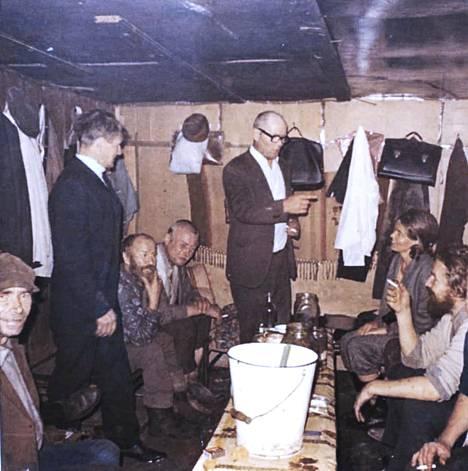 Elli Korpelan ainoa kuva työstään alkoholistien parissa. Korpela istuu miesten keskellä takana oikealla. Edessä vasemmalla on taidemaalari Olavi Martikainen.