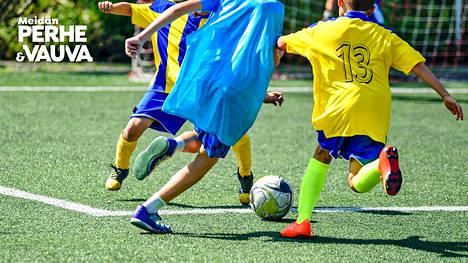 Lapsi harrastaa, vanhempi räyhää kentän laidalla? Urheilupsykologin kolme tärkeää vinkkiä vanhemmille