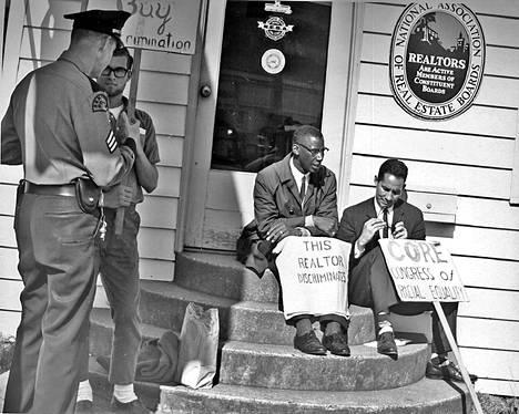 Mielenosoittajat vaativat kiinteistönvälittäjää lopettamaan vähemmistöjen syrjinnän Seattlessa vuonna 1964.