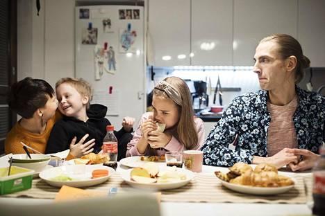 Arki-iltaisin Lehtiset kokoontuvat keittiöön iltapalalle. Kuvassa Anetta, Otto, Saga ja Ilari Lehtinen