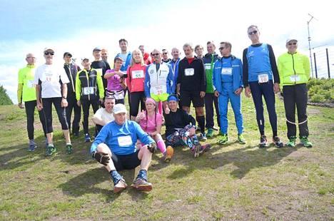 Juoksijakollegat ryhmittyivät yhteispotrettiin todistettuaan harvinaislaatuisen ennätyksen syntymistä.