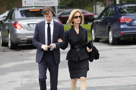 Yhdysvaltain entinen Suomen suurlähettiläs Bonnie McElveen-Hunter saapui Yhdysvalloista asti hautajaisiin.
