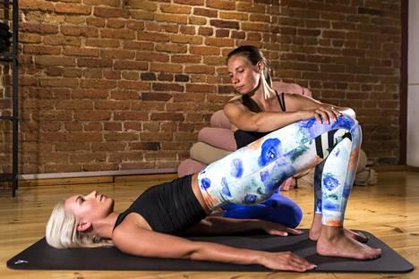 Lantionnosto on yksi pilates-liike, jolla saa letkeyttä rankaan.
