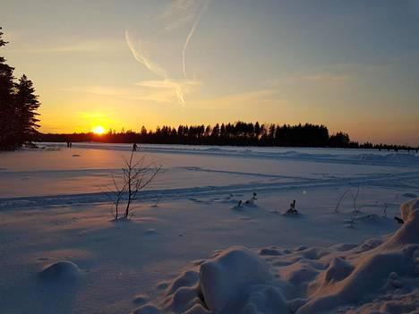 Nummelassa ulkoilijoiden on kelvannut ulkoilla järven jäälle auratulla uralla.