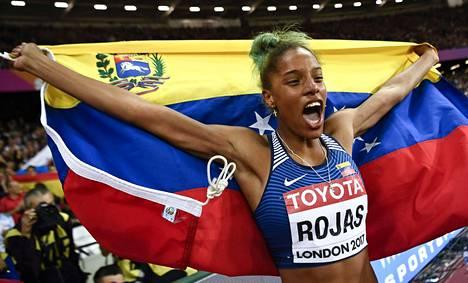 Yulimar Rojas juhlii kolmiloikan mestaruutta.