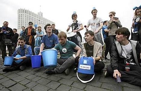Ämpäripäiksi kutsutut kansalaisaktivistit herättävät hämmennystä Venäjällä. Tämä kuva on Moskovasta toukokuun alusta.