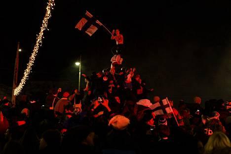Helsingissä Havis Amandan eli Mantan patsaalle nousset juhlijat eivät pidätelleet tunteitaan.