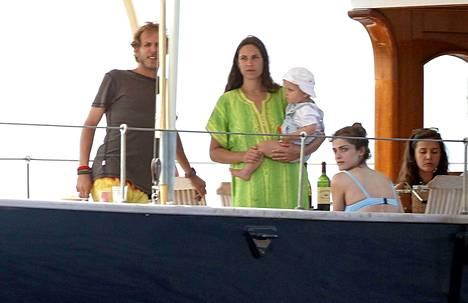 Monacon Andrea Casiraghi lomailemassa perheineen ja ystävineen Espanjan Ibizalla heinäkuussa 2014