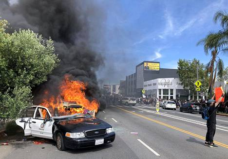 Poliisiauto palamassa Los Angelesissa lauantaina.