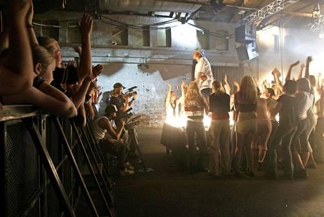 Musiikkivideon kuvaukset vuonna 2003: estradina VR:n Makasiinit.