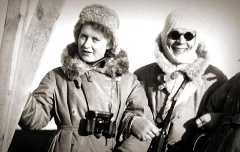 Vasemmanpuoleinen ilmavalvontalotta on Aila Iisalo.