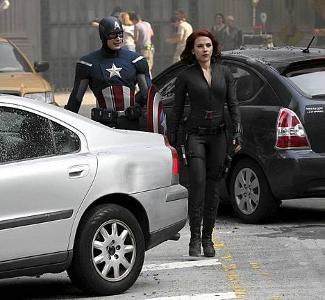 Scarlett Johansson etualalla, taustalla Kapteeni Amerikkaan näyttelevä Chris Evans.