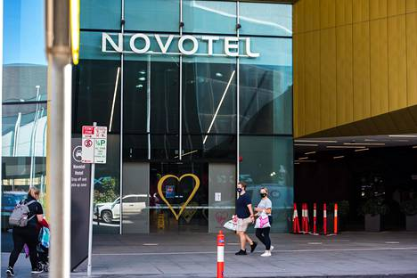 Novotel-hotelli Melbournessa, Victoriassa, on yksi niistä lukuisista hotelleista, joihin ulkomailta saapuvat matkailijat menevät karanteeniin. Karanteenissa he saavat olla ainoastaan omassa huoneessaan.