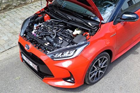 Kolmesylinterisen bensiinimoottorin ja sähkömoottorin yhdistelmää ei ole peitetty muovisuojilla ja tavaraa konehuoneessa on runsaasti.