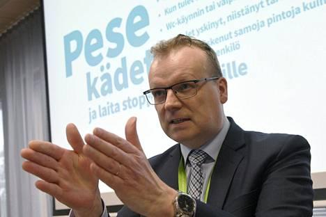 THL:n pääjohtaja Markku Tervahauta kertoi tiistaina IS:n haastattelussa, että Terveyden ja hyvinvoinnin laitos (THL) olisi kertoa maskien hyödyistä kansalaisille jo keväällä.