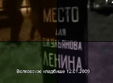 Aktivistit kaivoivat maata lapiolla ja pystyttivät paikalle hautakiven, jossa lukee Paikka V. I. Uljanov Lenininille.