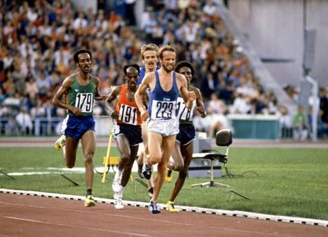 Lasse Virén (numero 223) saapui Moskovan olympialaisten kisapaikoille syntymäpäivänään, 22.7.1980.