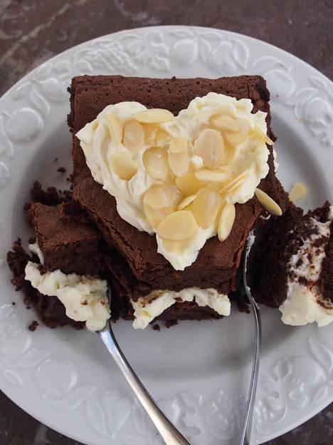 Kuorrutteesta voi loihtia kakun päälle myös sydämenmuotoisen version.