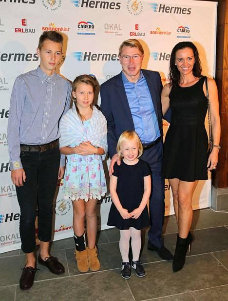 Hugo (vas.) pojasta on kasvanut jo isäänsä pidempi nuorimies. Kuvassa Mika Häkkinen puolisonsa Marketan ja lastensa kanssa marraskuussa.