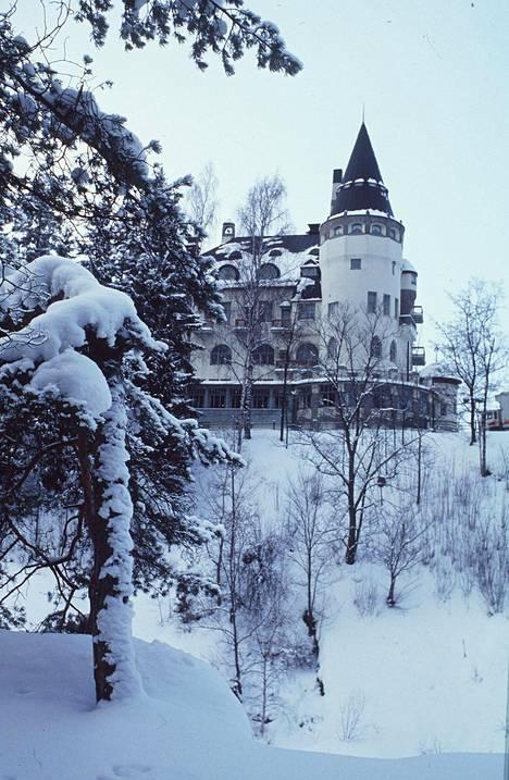 Imatran Valtionhotelli on satumainen näky talvisin.