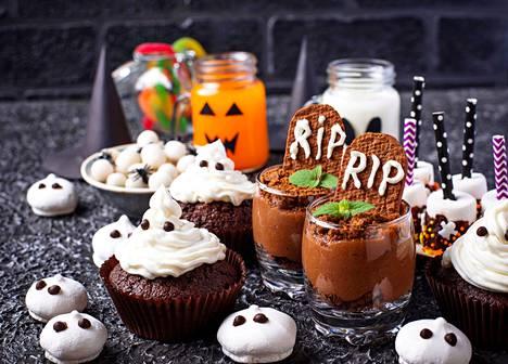Hauskoja lastenjuhliin sopivia koristeita saa esimerkiksi vaahtokarkeista ja marengeista. Suklainen, lasiin kasattu jälkiruoka on koristeltu suklaakeksillä, jonka saa lyhyellä kirjainyhdistelmällä näyttämään vakuuttavasti hautakiveltä. Keksimurska imitoi multaa.
