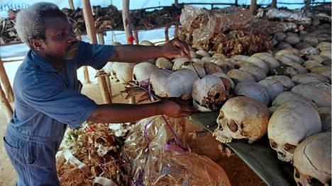 Kuraattori Mark Nsabimana pitää huolta ruandalaisen Ntaraman kylän 5000 kansanmurhan uhrin muistopaikan järjestyksestä. Vuoden 1994 kansanmurhassa henkensä menetti koko maassa yli 800 000 ihmistä.