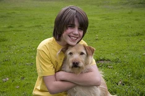 Teinipoika (Brandon Taylor Russell) alkaa aikuistua koiran avulla.