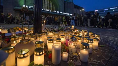 Pahoinpitelyn uhriksi joutuneen, vuonna 1988 syntyneen miehen kuoleman jälkeen järjestettiin hiljainen muistotilaisuus Helsingin asema-aukiolla syyskuussa.
