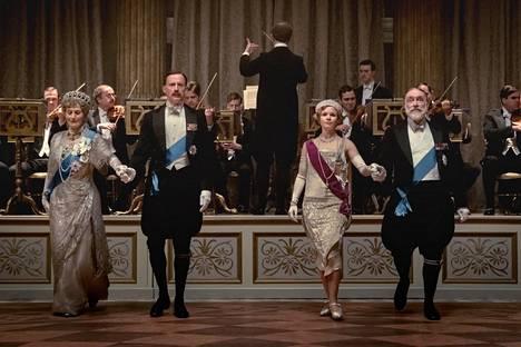 Kuningatar Mary (Geraldine James) ja kuningas Yrjö V (Simon Jones) tanssittavat tytärtään prinsessa Marya (Kate Phillips) ja tämän aviomiestä Henry Lascellesia (Andrew Havill) Harewood Housen tanssiaisissa.