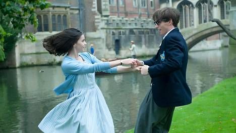 Jane (Felicity Jones) ja Stephen Hawking (Eddie Redmayne) opiskelijoina.