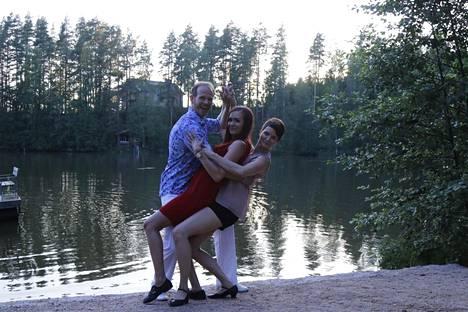 Jarkko Vehkosilta, Katri Johansson ja Hanna Kivivuori näyttävät mallia taivutuksessa.