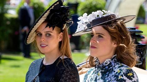 Prinsessa Beatrice ja prinsessa Eugenie eivät saa etiketin mukaan käyttää tiaraa.