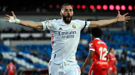 Real Madridin tähtihyökkääjä Karim Benzema juhli osumaansa Sevillan verkkoon Espanjan liigassa toukokuussa.