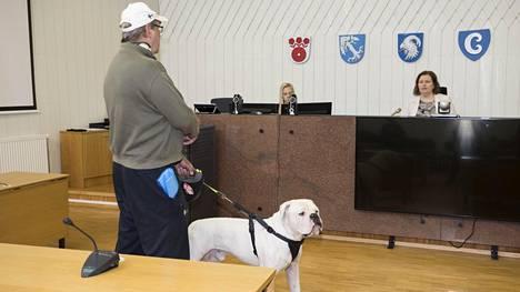 Kuvat: Robert Heleniuksen isä marssi oikeussaliin koiransa kanssa – oikeuden puheenjohtaja perui käsittelyn